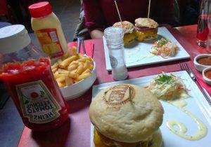 Burger bei The Huggy's Bar (Liège) – der vordere große ist ein normaler, die hinteren 2 kleinen die gf Alternative