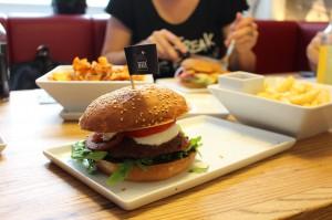 Glutenfreie Burger und glutenfreie Pommes