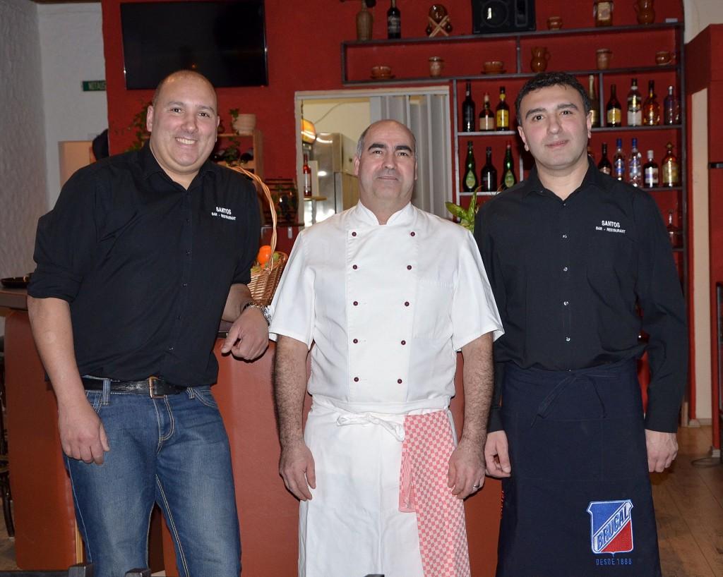 Der Besitzer und Koch Jose Rodrigues Dos Santos (Mitte) und sein Team