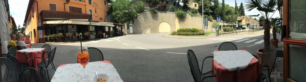 Hotel Gallo - Tische vor dem Hotel