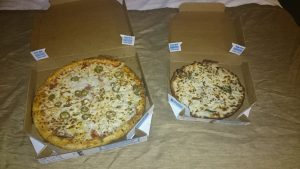 """Pizza von """"Domino's"""" (die kleine ist gf und die Größe täuscht! ;-)"""