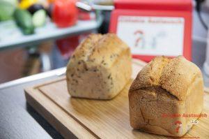 Vorne Kartoffelbrot - Hinten Saatenbrot