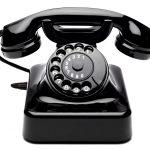 Ein altes Telefon mit Wahlscheibe.