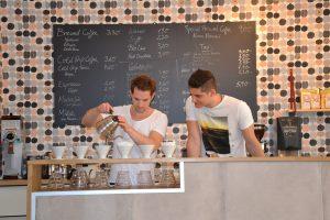 Daniel (links beim Kaffee zubereiten)