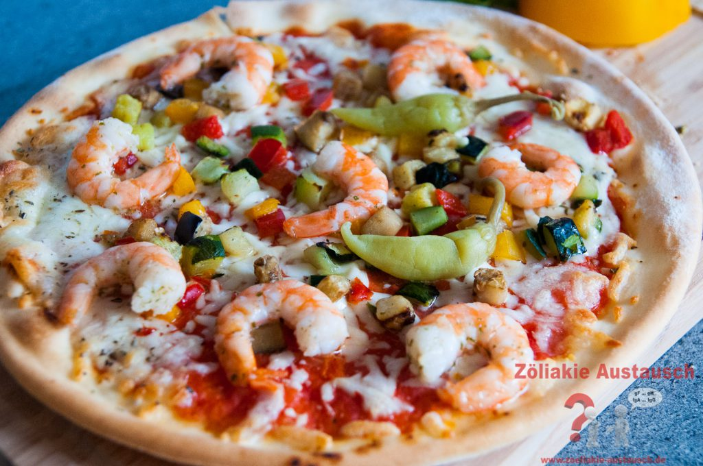 Schär Veggie Pizza mit zusätzlich belegten Garnelen