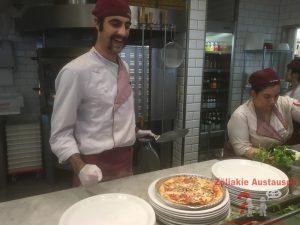 Die glutenfreie Pizza kommt auf den Teller
