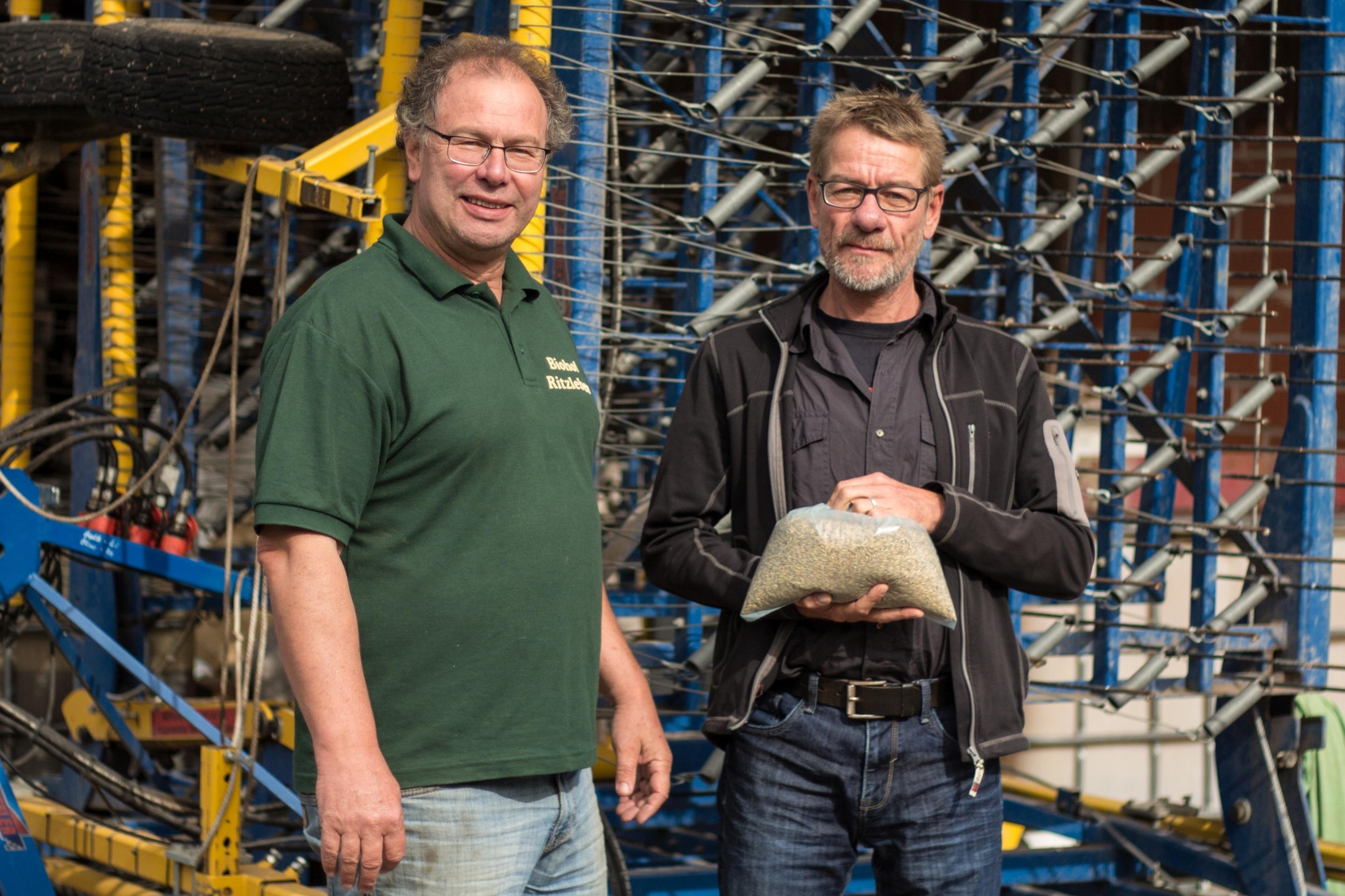 Glutenfreier-Hafer_Carsten-Niemann-re_Friedrich-Gabe-li_nach-Probenziehung_Bauck-GmbH